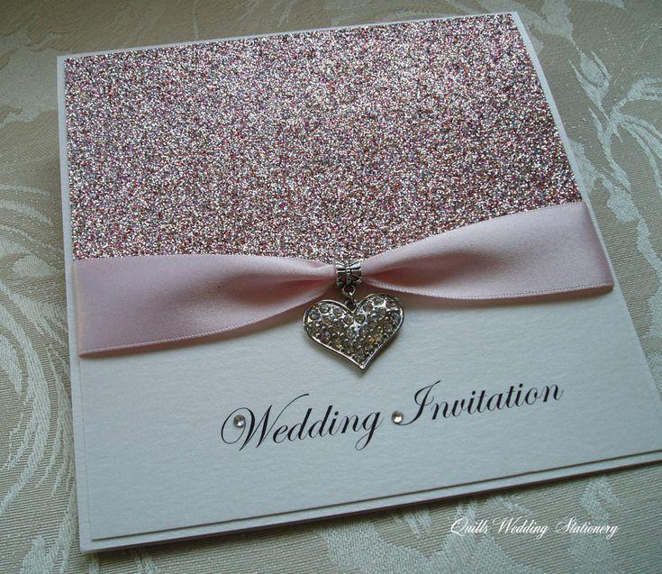 Amour. Invitación de boda glitter. Colgante de cuarzo rosa con colgante de corazón de diamante
