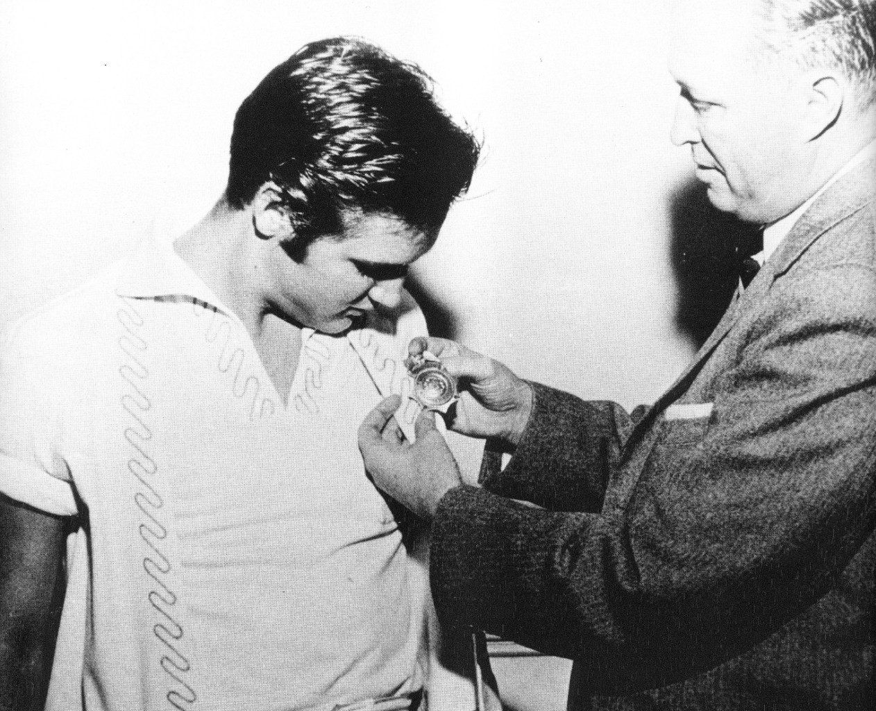 Memphis, TN, Saturday, 29 September 1956: Elvis Presley receives his first badge from Sergeant Fred Woodward of the Memphis PD. Source: http://www.elvis-collectors.com/forum/viewtopic.php?f=8&t=44092&view=unread#unread