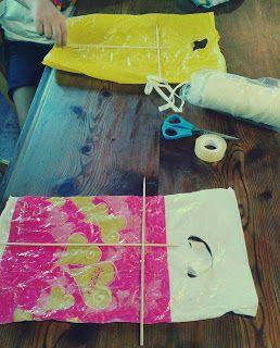 E oggi cosa si fa? C' è vento. Il tempo è strano...costruiamo qualcosa!Ecco con borsine di plastica, nastro adesivo, forbici, stecchini, e filo cosa si puó fare...in pochi minuti.L' unica accortezza è quella di fare un foro nel punto nel quale si incrociano i bastoncini e lí far passare il filo anno