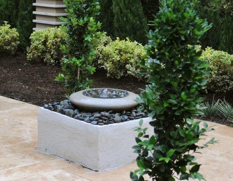 kleiner gartenbrunnen mit flusssteinen dekoriert | garten - garden, Terrassen ideen