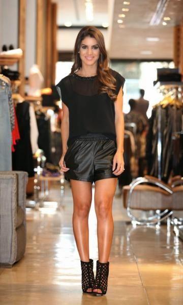 Look: Camila Coelho - All Black  T-Shirt Tela - Preta Loft 747 Short OH, BOY! Running Preto SANDÁLIA GLAMOUR CAGE BLACK SCHUTZ