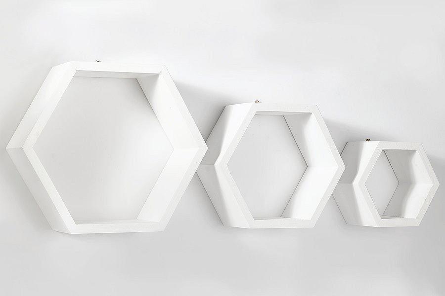 Moderne Wandregale mit sichtbarer Holzmaserung. Drei einzelne Elemente. Ideal für kleine Dekoteile. Harmoniert wunderbar mit modernen Einrichtungsstilen....