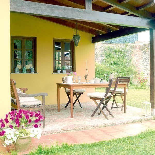 Mesas y sillas de madera para el porche Casas de campo modernas