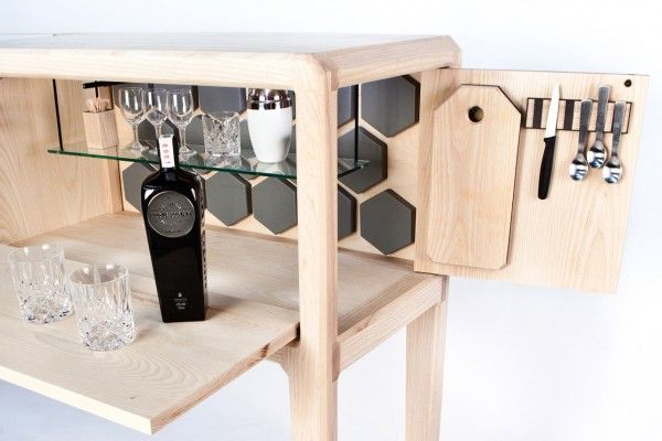 Idéal pour une habitation privée comme pour un lieu commercial, Linnk Cabinet est un meuble de bar fait à la main et imaginé par Ian Rouse, designer néo-zélandais. Cette création amène ce style de meuble à un nouveau niveau grâce à un beau savoir-faire. Fabriqué à partir de frêne d'Amérique, le meuble est également composé de détails en cuir et de panneaux de verre trempé. Son design permet aussi bien à son utilisateur de s'assoir en tirant un tabouret, que de rester debout pour servir un…