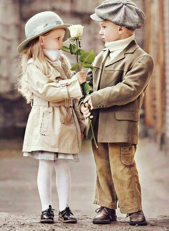 Картинка мальчик дарит розу