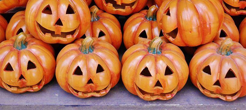 Traditionell kommt das Kürbisschnitzen aus den USA und erfreut sich mittlerweile auch hierzulande größter Beliebtheit. Der Trend bietet sich bestens als Deko oder für die Halloween-Party, aber auch Kinder haben Spaß und oft gute Ideen…