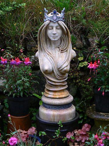 Delicieux Queen Guinevere Statue