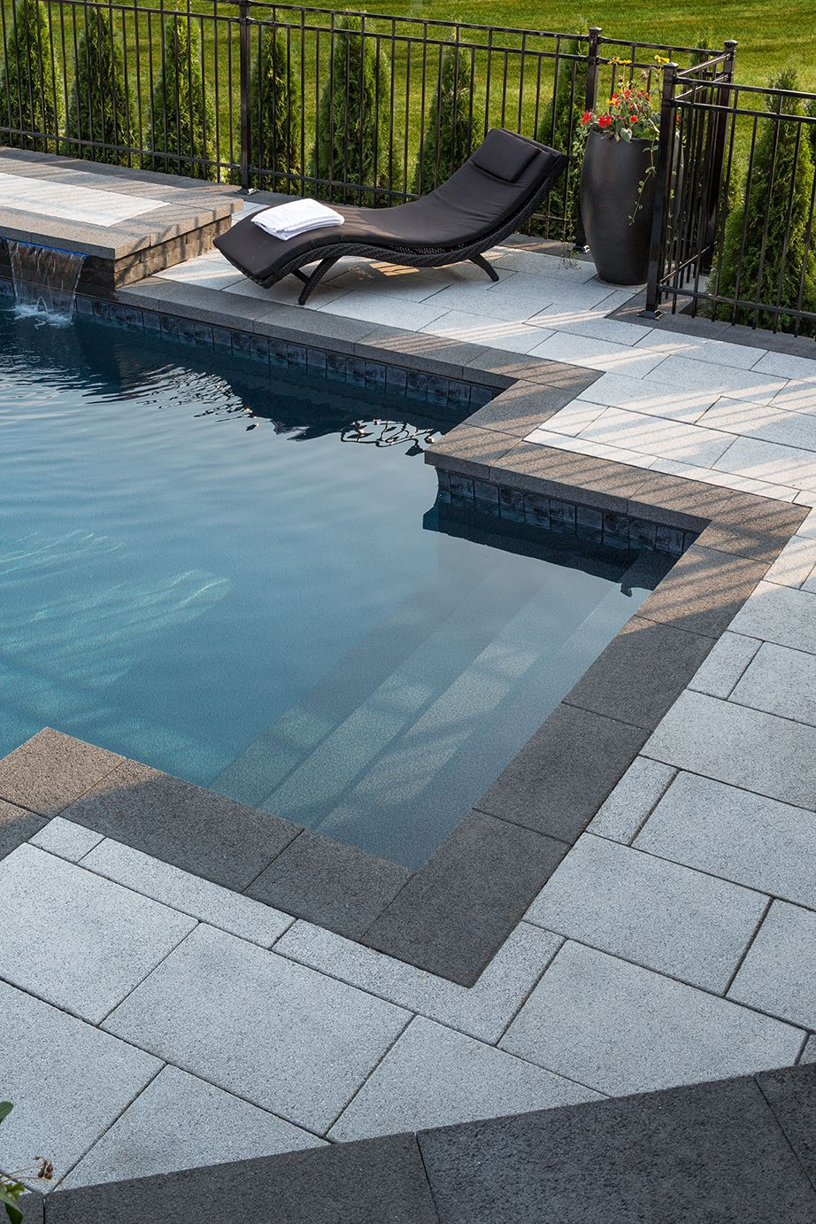 Dalle prestige gris granite et couronnement prestige droit anthracite pr - Dalle terrasse piscine ...