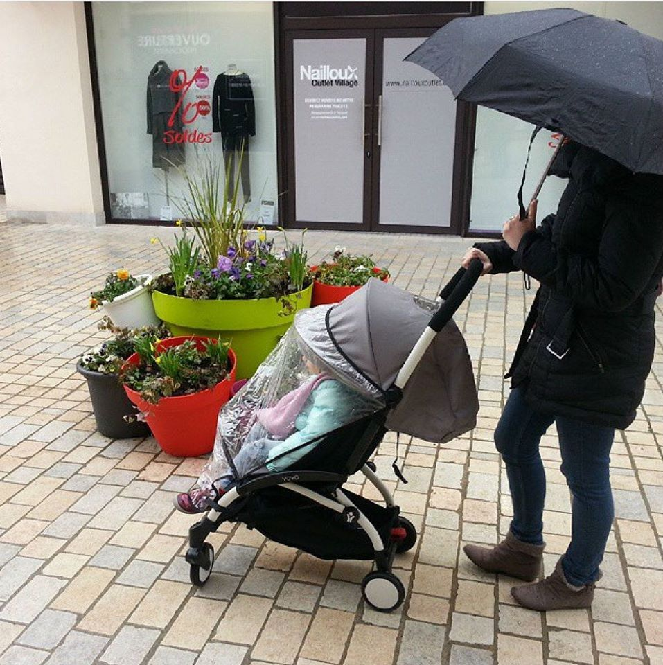 Lightweight Stroller Yoyo Umbrella In One Hand And The Other Hand For The Babyzen