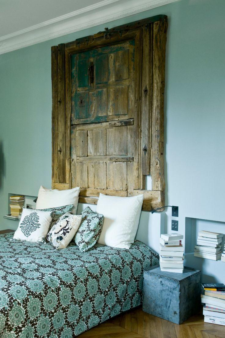 Une chambre bleue à la tête de lit originale a blue bedroom with