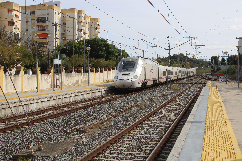 entrada de Alvia procedente de Cádiz en la estación de Jerez de la Frontera