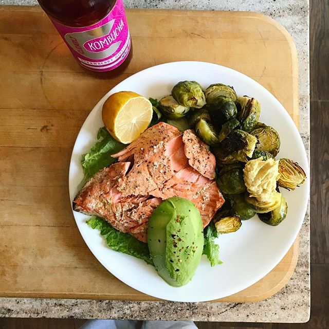 Lemon garlic salmon and brussels 👅🙌🏻 with lemon cayenne hummus and avocado & side of @clearlykombucha 👌🏼 . Tomorrow's Friday 💃🏻🙏🏻👏🏼