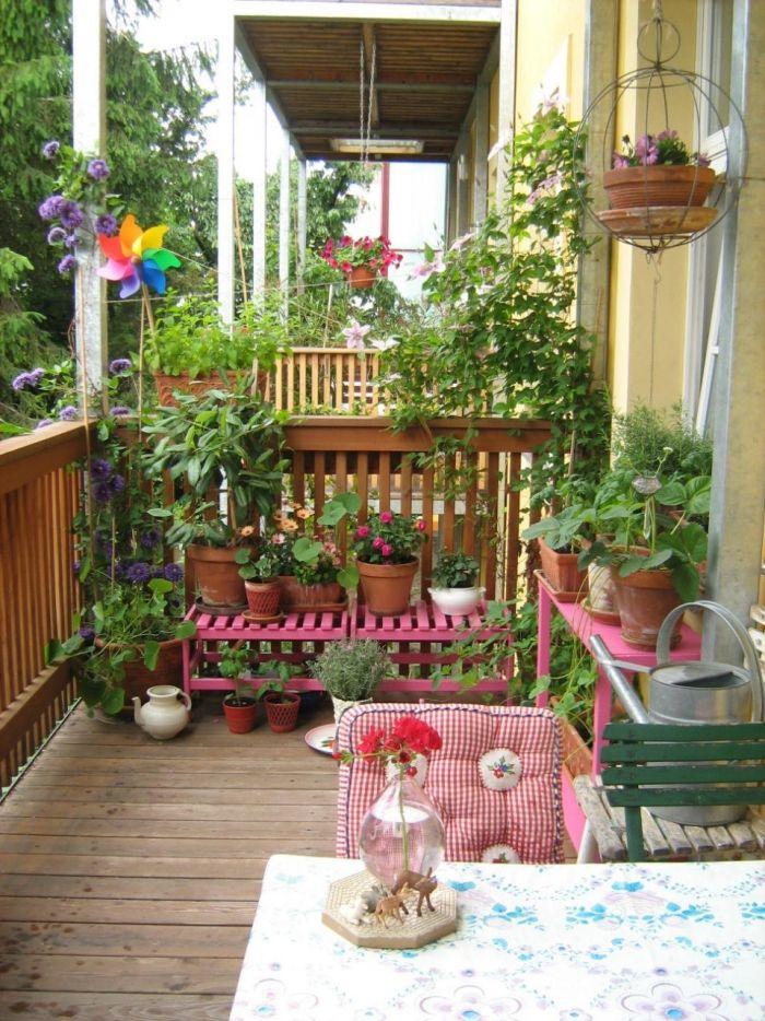 Den Balkon gestalten im Landhausstil-bunte Pflanztische, Karo - balkon ideen blumenkasten gelander