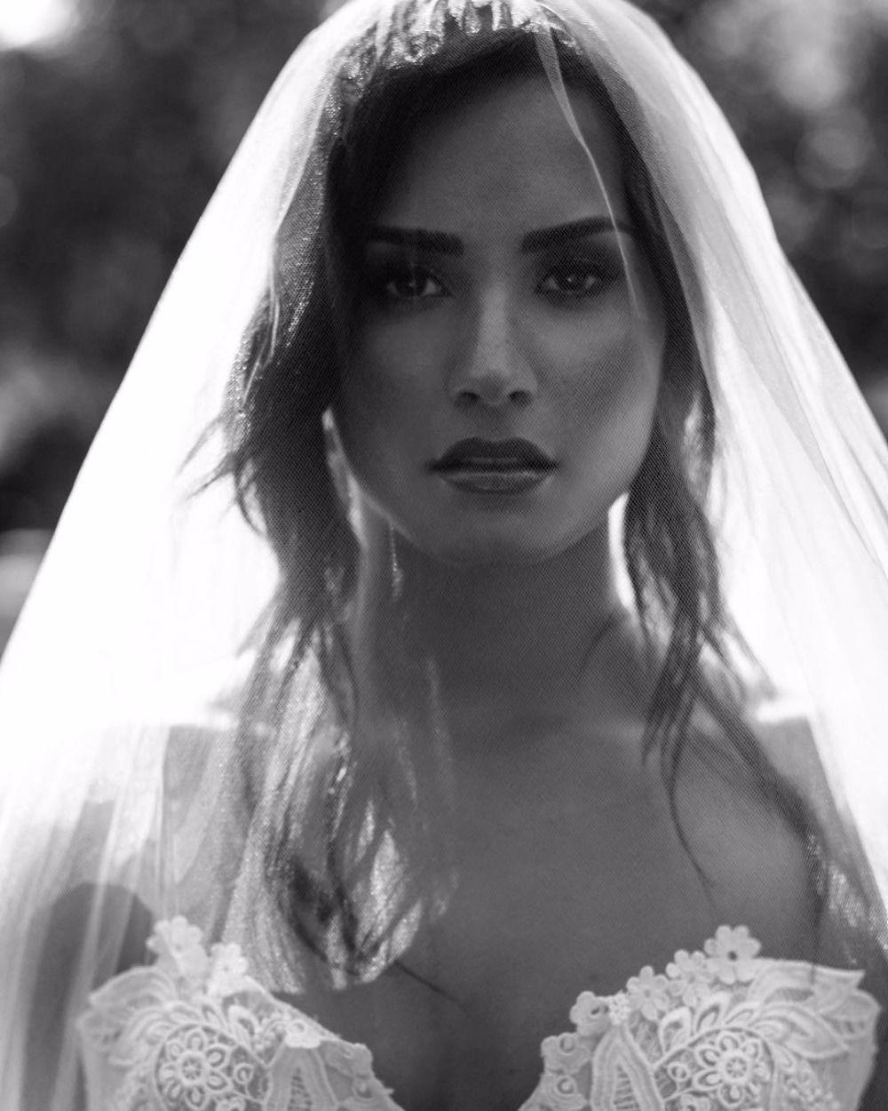 Demi Lovato Made Us All Believe In Wedding Black And Whites Demi Lovato Musica Demi Lovato Cantores