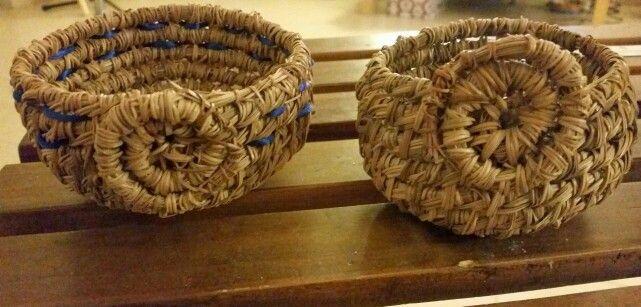 Mis cestitas de agujas de pino.Hechas a mano. | cestos | Pinterest