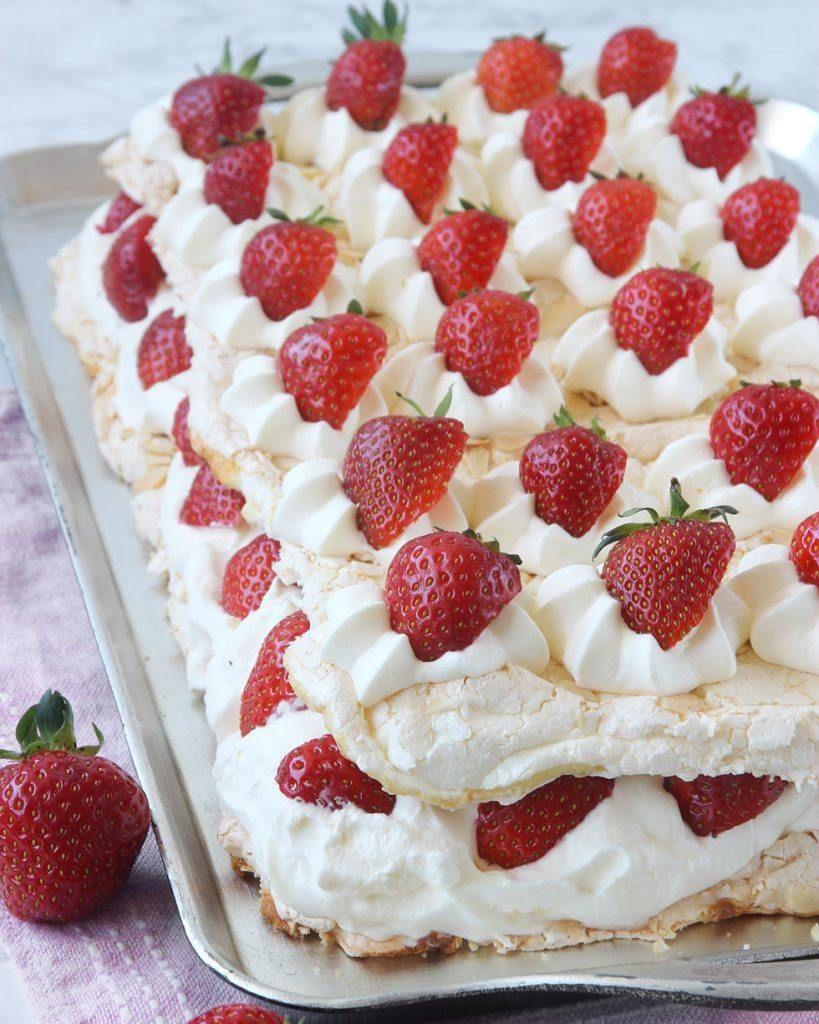 baka med jordgubbar i långpanna