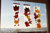 Anleitung: Kinder basteln ein Fensterbild mit Herbstlaub -