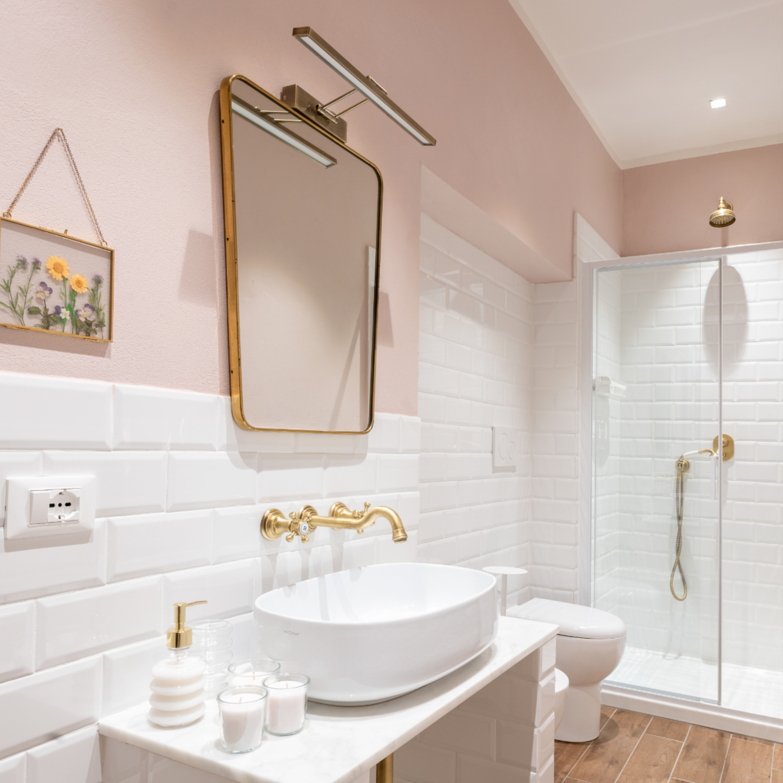 Bagno rosa con mattonelle diamantate, arredi vintage e rubinetteria brunita #bathroomideas #pinkbathroom #vintage