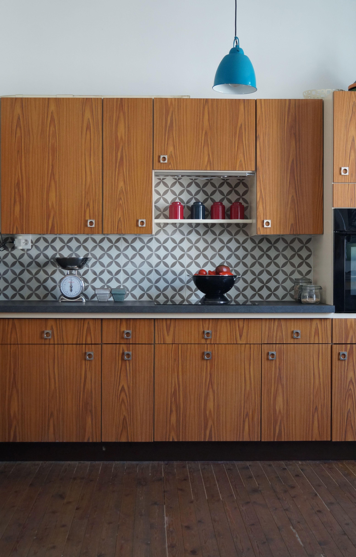 cuisine bois en noyer et cr dence en carreau de ciment. Black Bedroom Furniture Sets. Home Design Ideas