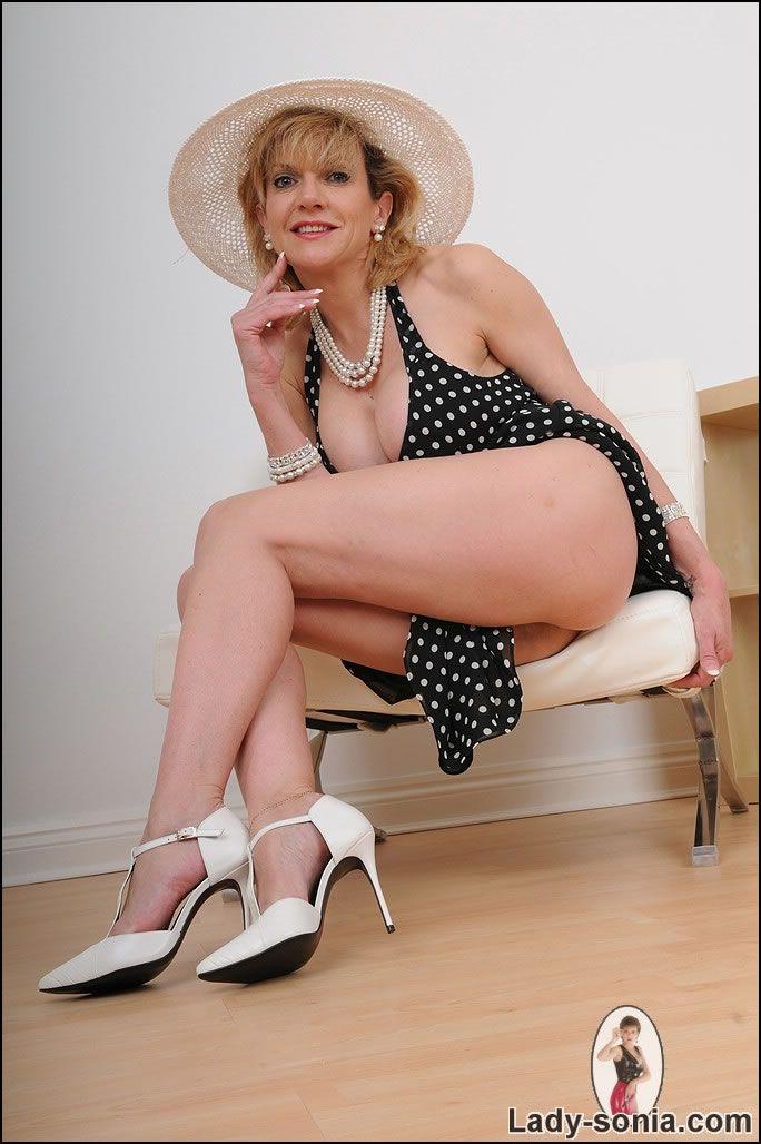 lady-mature-stunning