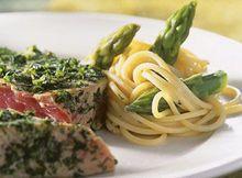 Gebakken tonijn met jonge groene kruiden, pasta en groene asperges