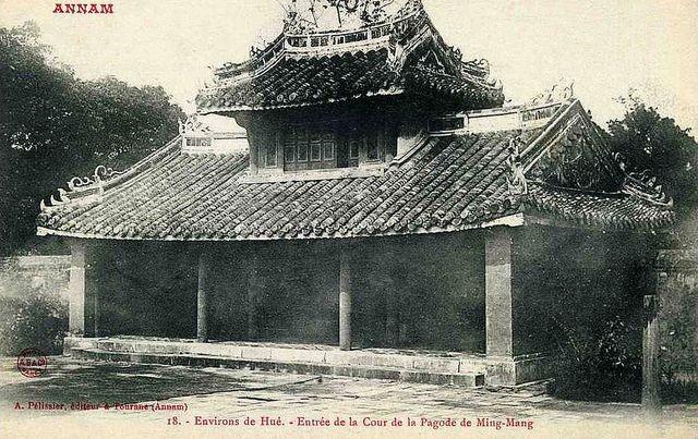 ANNAM - ENVIRONS DE HUE - ENTREE DE LA COUR DE LA PAGODE DE MING-MANG by manhhai, via Flickr