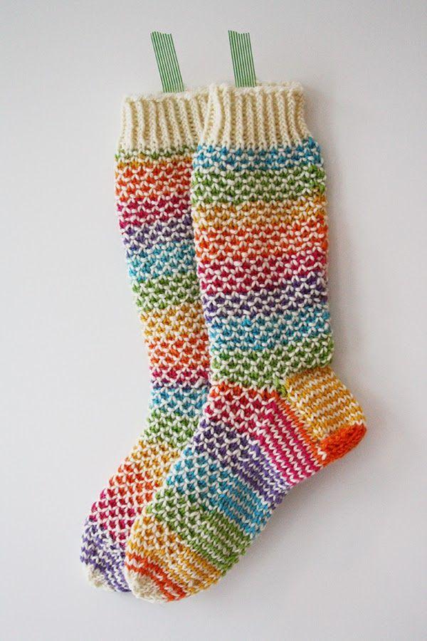 Tässä ensimmäiset sukat Sukkakeräysprojektiin, joka startattiin juuri facebookissa . Tein nämä 7 veljeksen sateenkaarilangasta Broken see...