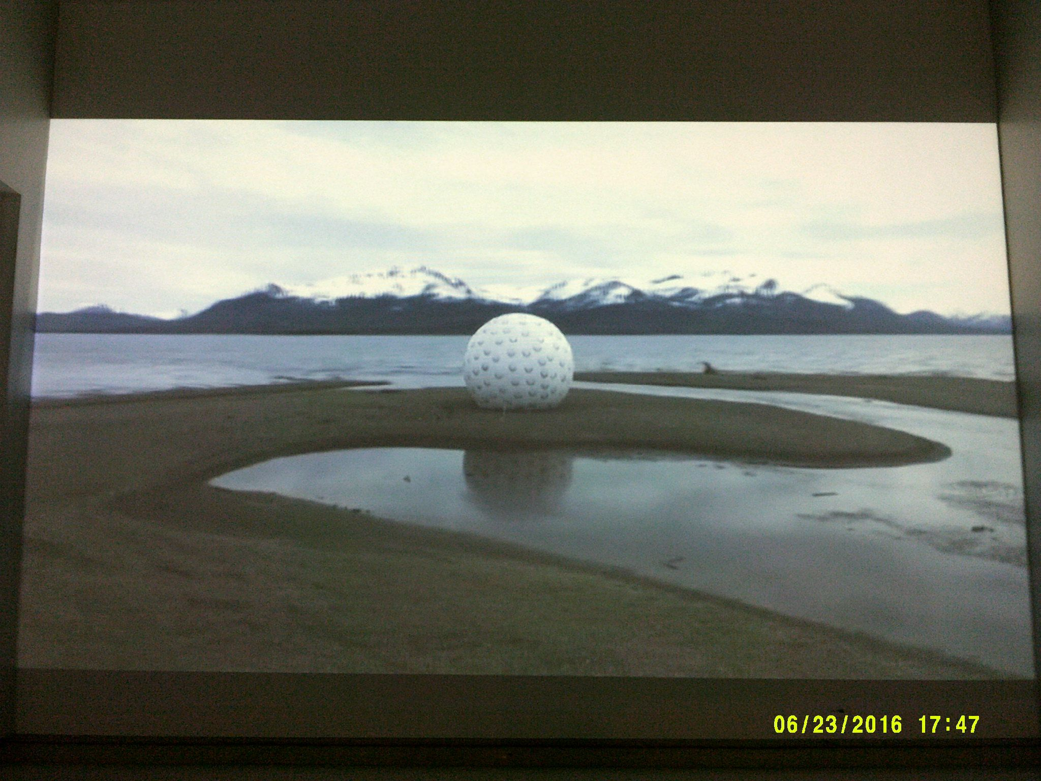 """Imagen del video """"Joint Game"""" de Arcángel Constantini, al fondo Montañas nevadas. MUSA 2016"""