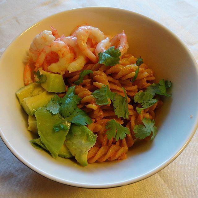 Edel's Mat & Vin : Pastasalat med rød pesto, reker og avokado  ღ