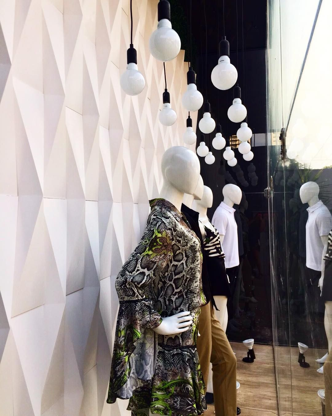 Pessoal olha que máximo que ficou esta vitrine da loja @clubsamea !!! A designer de interiores @laisrasera em parceria com a Ulishop abusou dos volumes e formas com o Revestimento Origami da @castelatto criando um cenário moderno e conceitual! Ficou um Show! Parabéns!!! #ulishop #arquiteto #arquitetura #architect #architecture #decor #design #decoração #designdeinteriores #revestimento #castelatto #instaarch #inspiração #moda #home by ulish0p