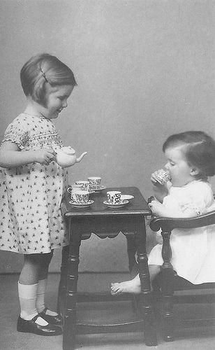 Spelen met het theeserviesje.
