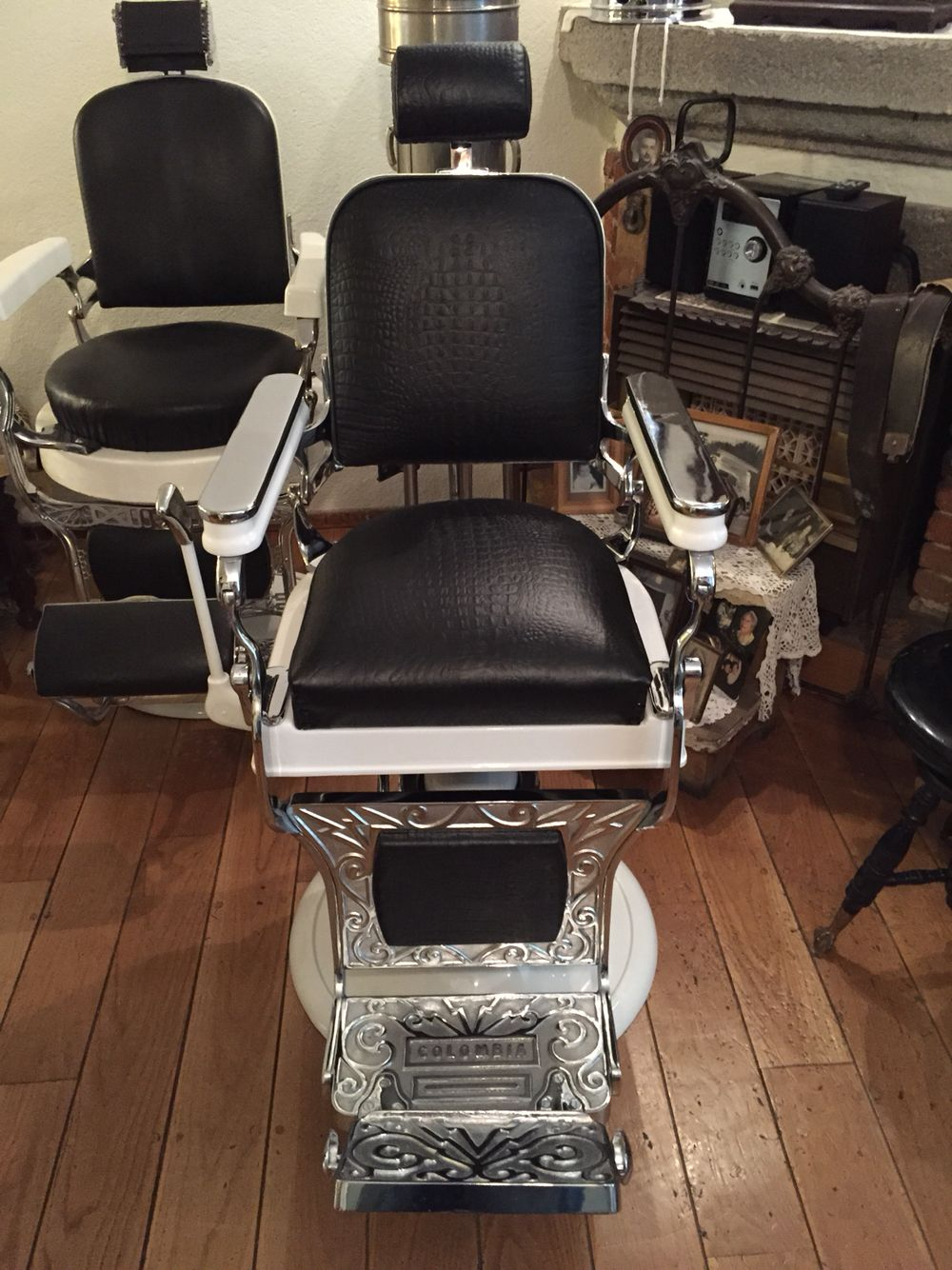 En venta silla de barbero marca colombia de 1943 for Sillas para barberia