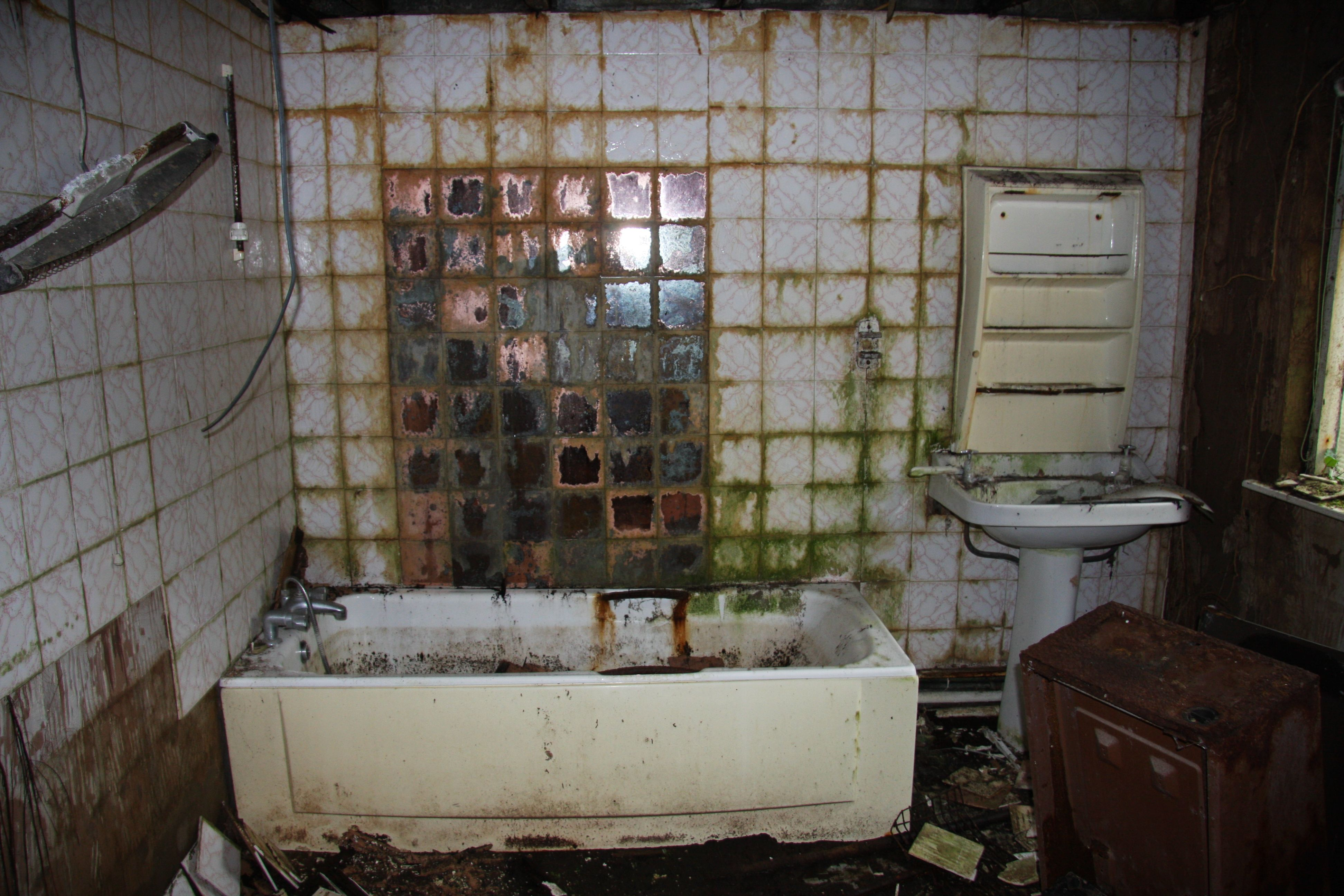 Abandoned bathroom by Hanna Mai Davies | Decaying beauty ...