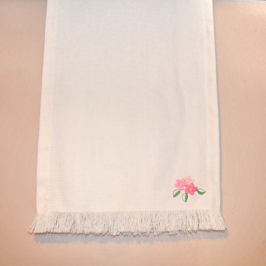 EMBROIDERED FLOWER TABLE RUNNER. #tablerunner #embroideredtablerunner #floraltablerunner