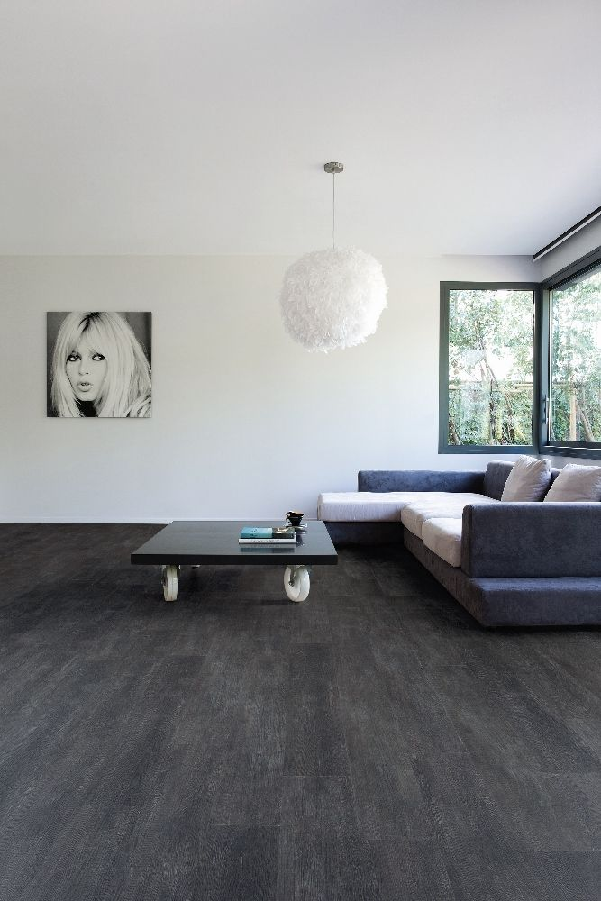 foto de Vinyl vloer met houtlook donker grijs eiken Viligno dark grey oak #interieur Slaapkamer muur