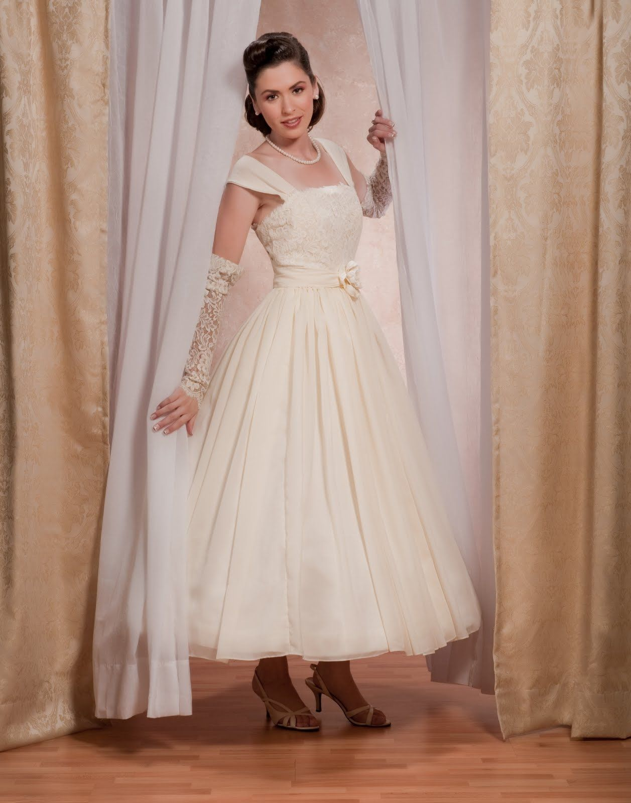 1950s wedding dress - lace gauntlets instead of gloves - can't put