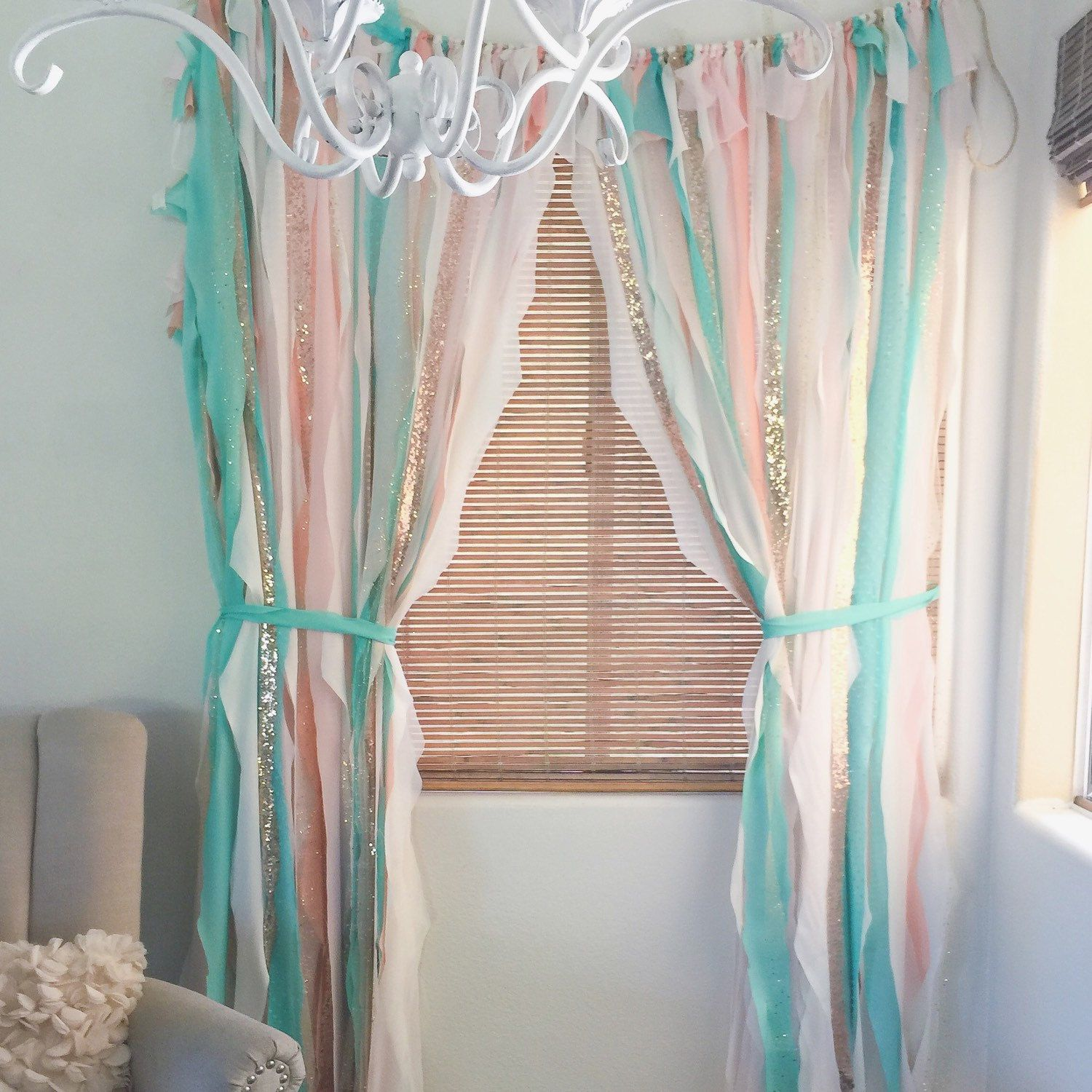 50 Cool And Creative Shabby Chic Dining Rooms: Sweet And Soft Curtains, In Mint, Pink And Peach.
