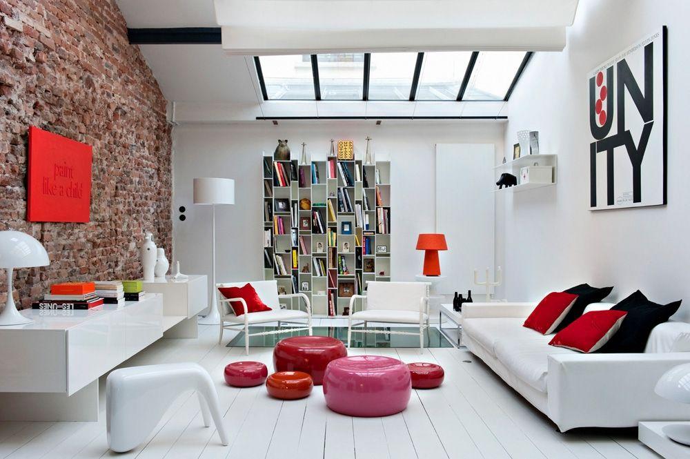 Un grand salon contemporain rouge et blanc arrangement de coussins
