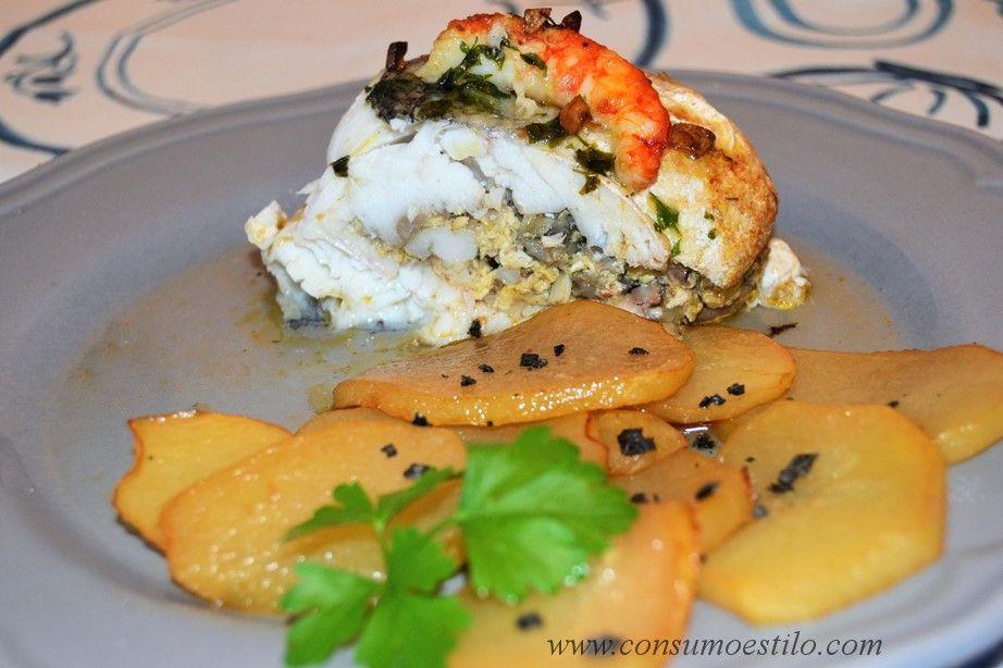 Receta de merluza rellena de mar y tierra con guarnición de patatas a baja temperatura, sencilla, rica y muy adecuada para servir en una comida familiar