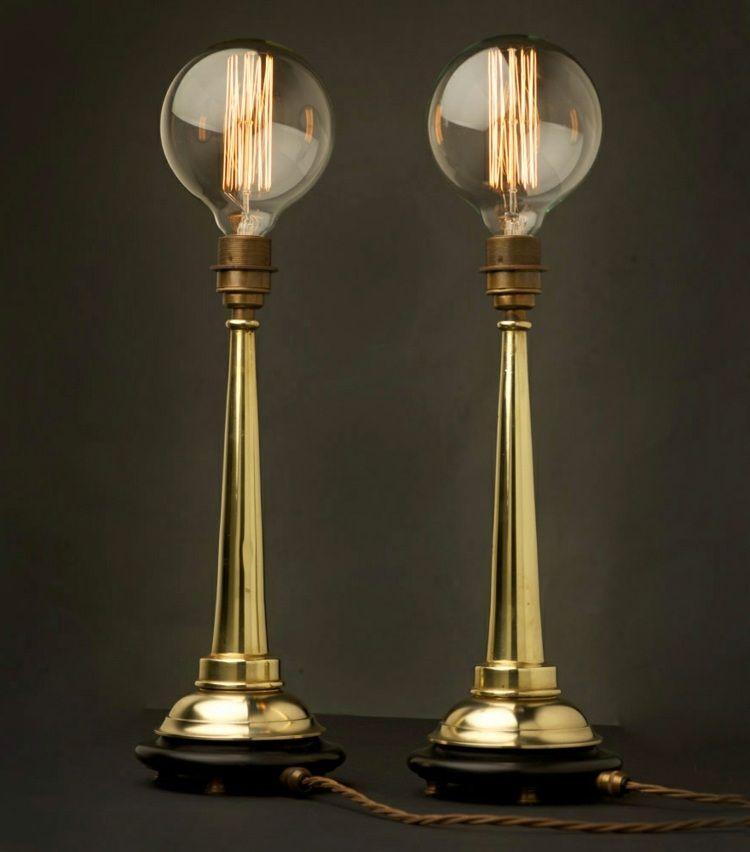 Die runden Glühbirnen dienen in Form von Vintage-Lampen als Beleuchtung