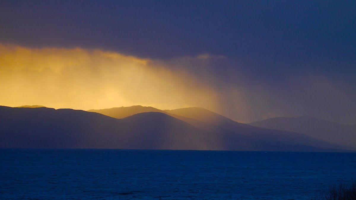 the view out of our window, always gorgeous... ||||||  Irlands Licht: Am Fenster sitzen und schauen. www.irland-wandern.de