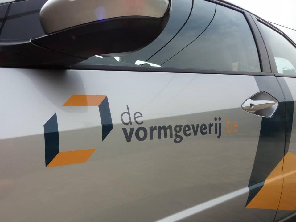 Belettering van De Vormgeverij-mobiel.