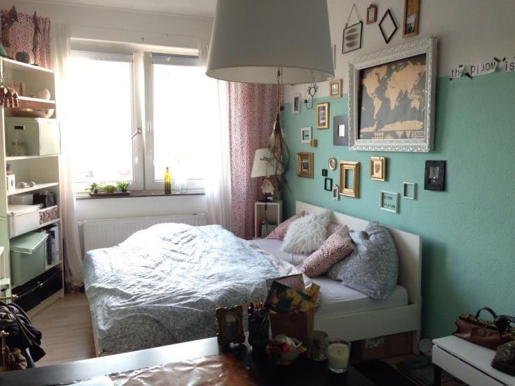 Gemütlich eingerichtetes WG-Zimmer mit großem Bett und Bilderwand