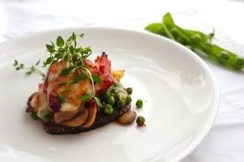 Barbequekastike suorastaan hivelee makunystöröitä yhdessä ylikypsän possun ja perunalimpun kera, kruunataan se vielä leppäsavujuustolla niin varmasti maistuu!