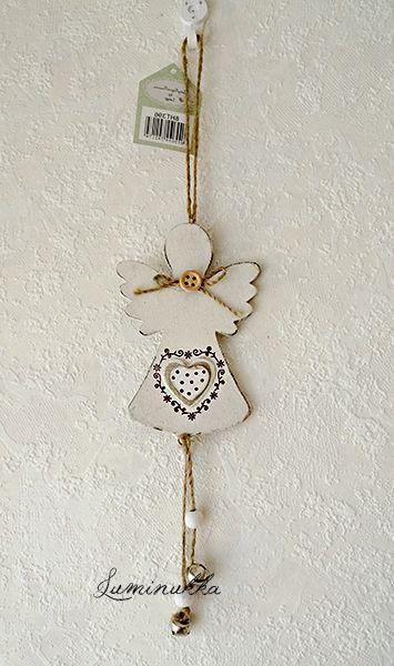 Kaunis, pieni puusta valmistettu valkoinen enkelikoriste josta roikkuvat kivasti helähtelevät kellot. Kokonaispituus 25 cm. // Beautiful, small wooden angel with small tinkling bells. Total length 25 cm.