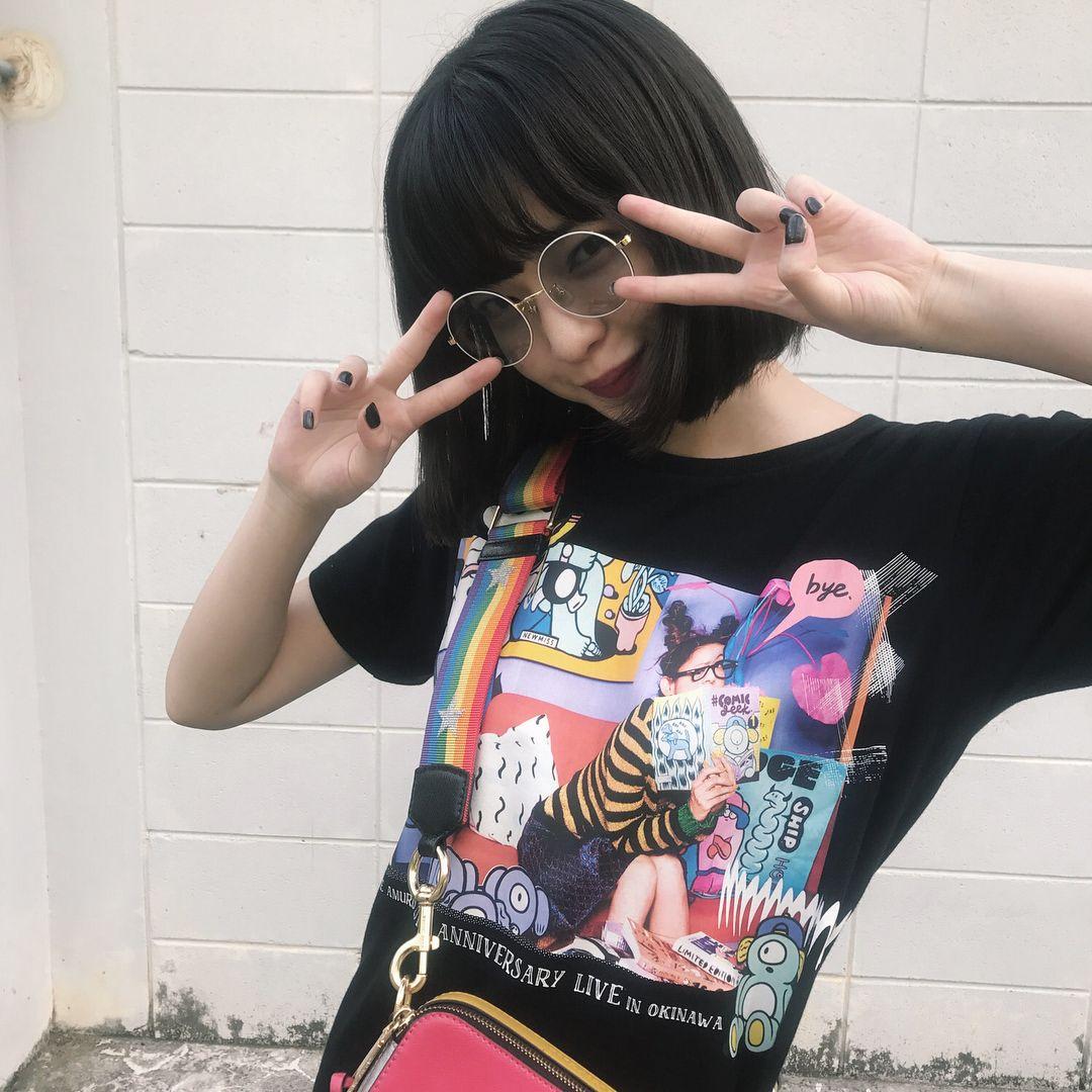 面白いシャツを着た田中芽衣