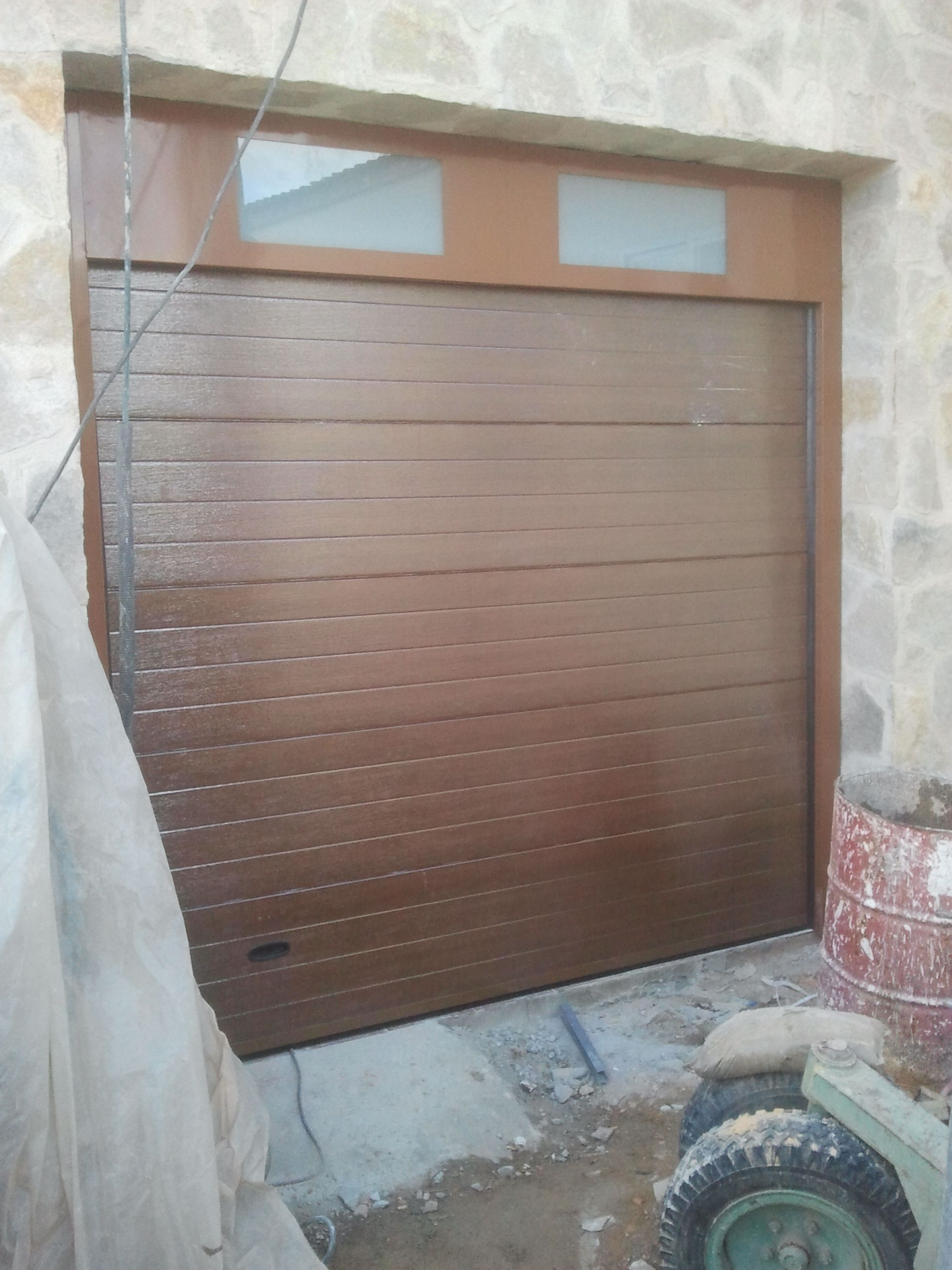Puerta de garaje seccional en imitación instalada por Servidoors ...
