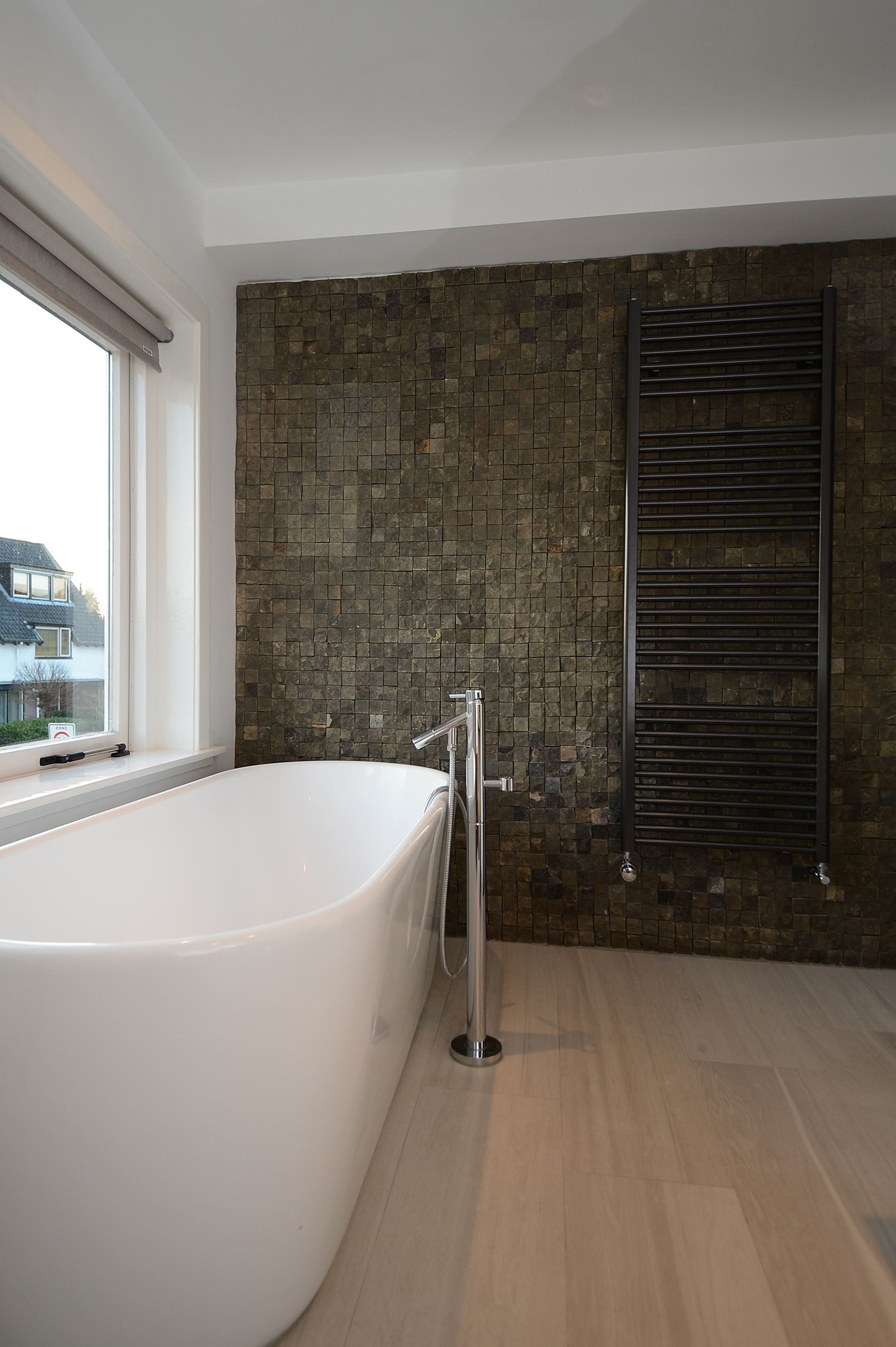 Jaren30woningen.nl   Moderne badkamer met vrijstaand ligbad in ...