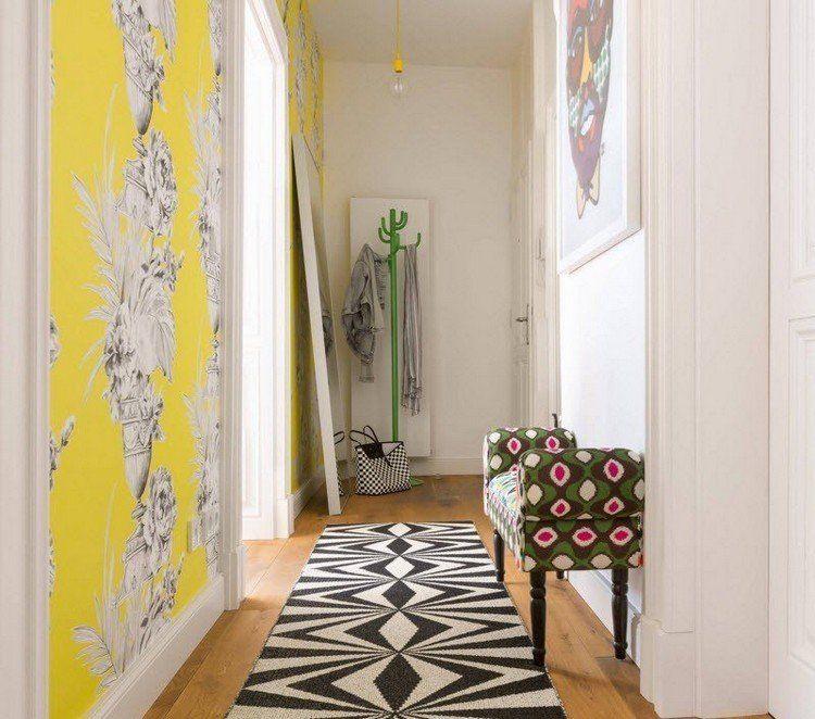 idée déco entrée maison avec papier peint boho, tapis ethnique