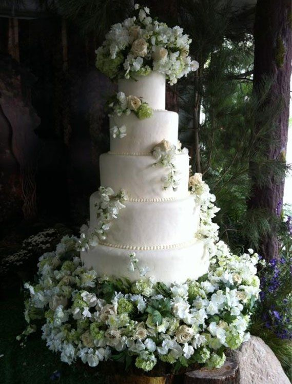 The Cullens wedding cake..divine. Would love this but not quite so big. LOL